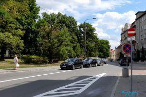 Ulica Niedziałkowskiego z nowym oznakowaniem drogowym - zakazem wjazdu.