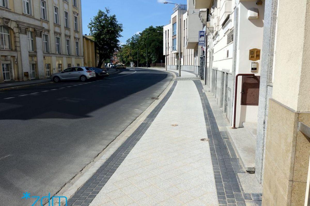 Wyremontowany chodnik na ul. Składowej. Obok niego jezdnia dla samochodów