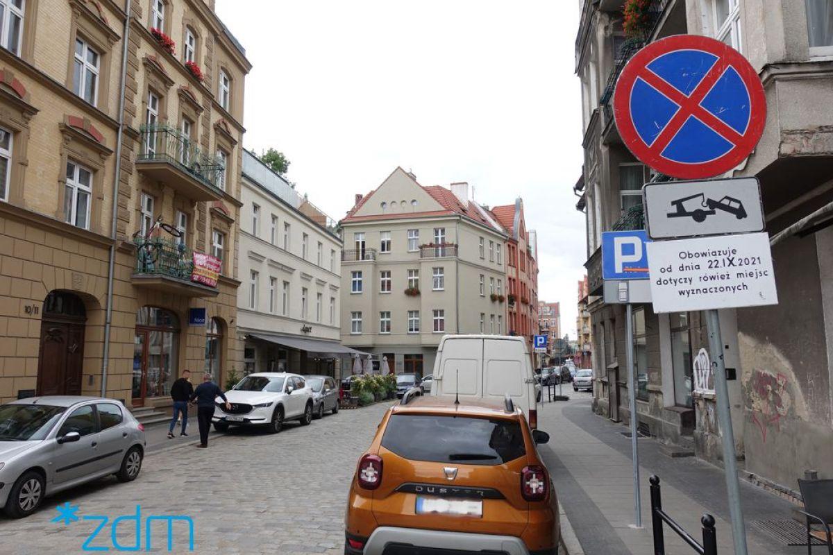 Znak zakazu zatrzymywania się ustawiony na ulicy