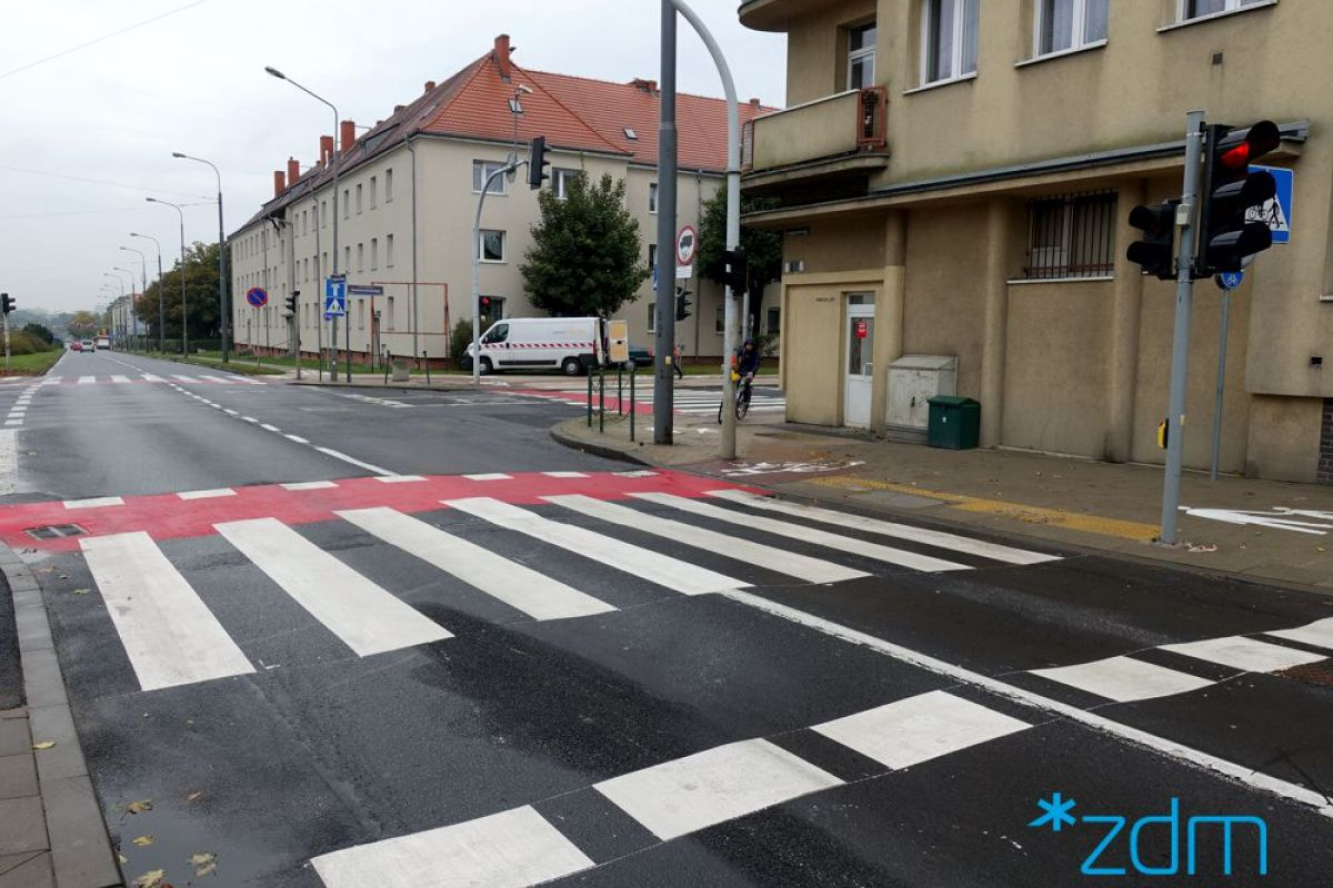 Ulica Przybyszewskiego z nowym przejściem dla pieszych