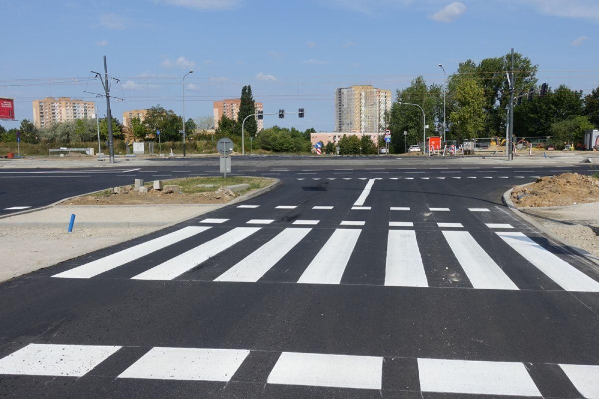 Skrzyżowanie ulic Kurlandzka, Inflancka i Żegrze już z nową nawierzchnią