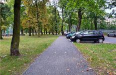 Wzdłuż miejsc parkingowym przy ul. Za Cytadelą (przy Cytadeli) powstała utwardzona ścieżka, którą wysiadające dzieci mogą dojść do przejścia dla pieszych.