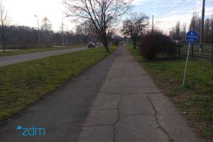 po lewej stronie jezdnia ulcy Warszawkiej, tory tramwajowe i pas zieleni. Po środku zniszczony chodnik, który będzie remontowany. Na prawo od niego trawnik