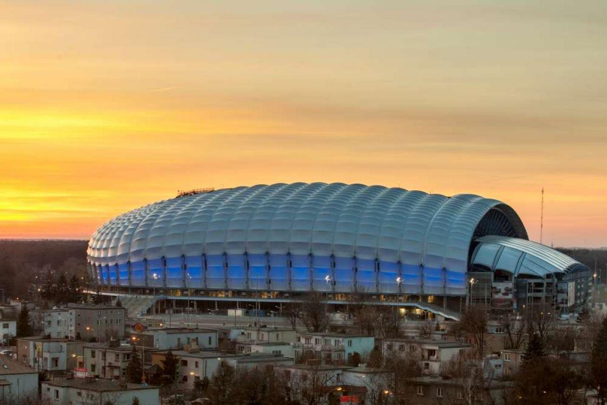 Stadion miejski w Poznaniu na tle wieczornego nieba