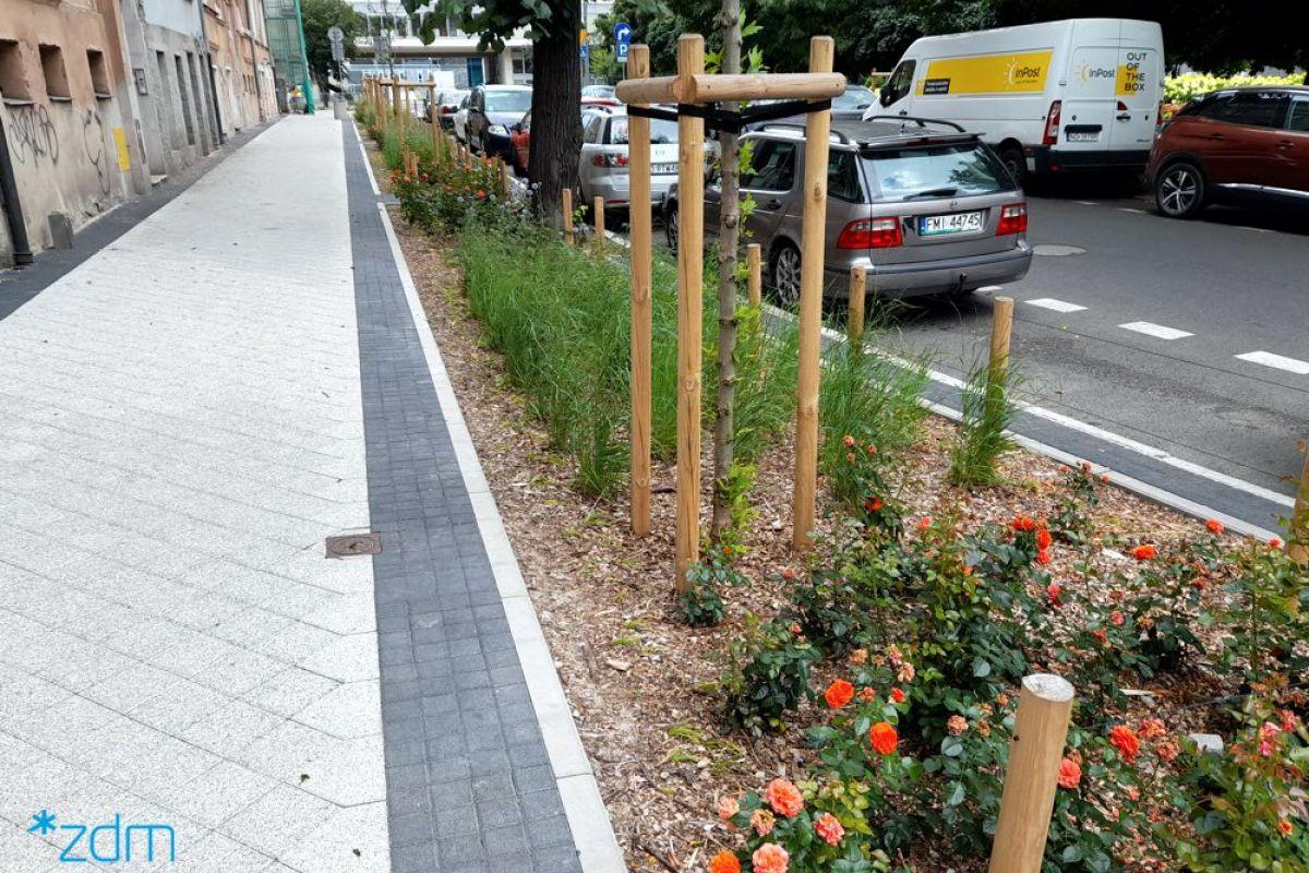 Ulica Karmelicka z zielenią i zmienionym sposobem parkowania pojazdów