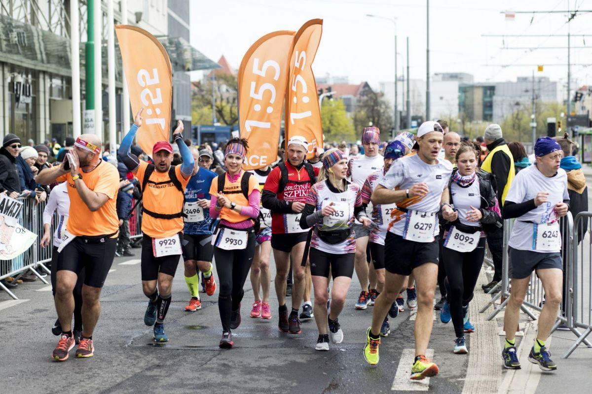 Grupa biegaczy podczas półmaratonu