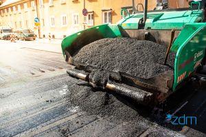 Maszyny drogowców układające asfalt na ulicy