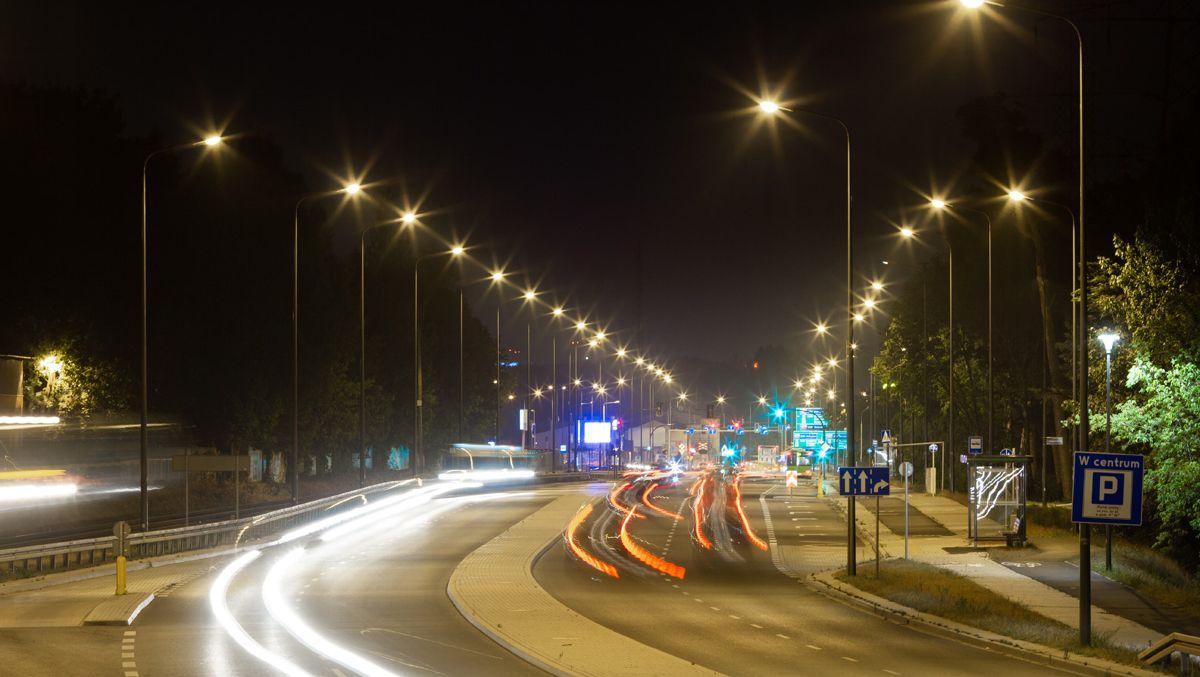 Krótsze dni – więcej światła, czyli jak działają uliczne latarnie