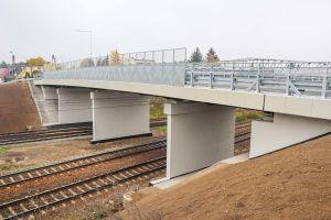 Nowy wiadukt na ul. Gołężyckiej. Widok z boku. Pod nim linia kolejowa