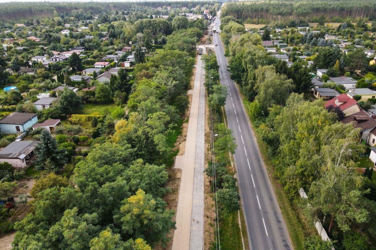 Ulica Złotowska z lotu ptaka. Po lewej stronie drzewa, następnie budowany ciąg pieszo - rowerowy. Istaniejąca jezdnia i znów zieleń
