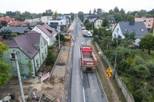 Po środku ul. Zotowska, na lewo od jezdni budowana droga pieszo - rowerowa. Na brzehach domy i drzewa