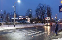 Ulica Główna z drugim aktywnym przejściem dla pieszych
