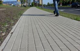 Murawa z nowym chodnikiem