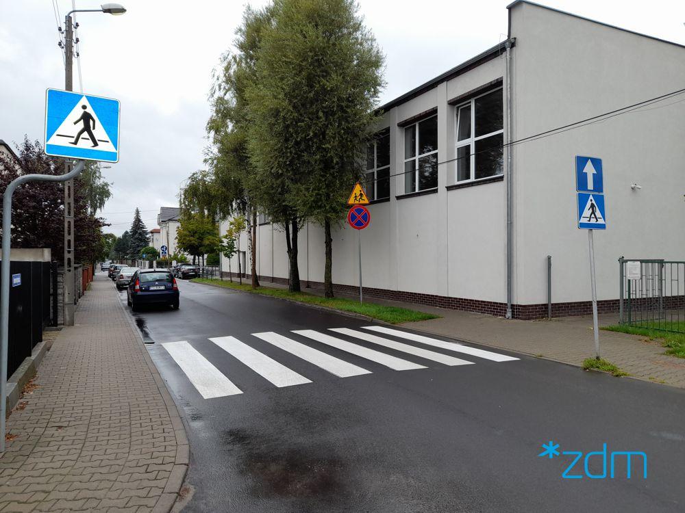 Nowe i odmalowane oznakowanie przy budynku szkoły przy ul. Inowrocławskiej