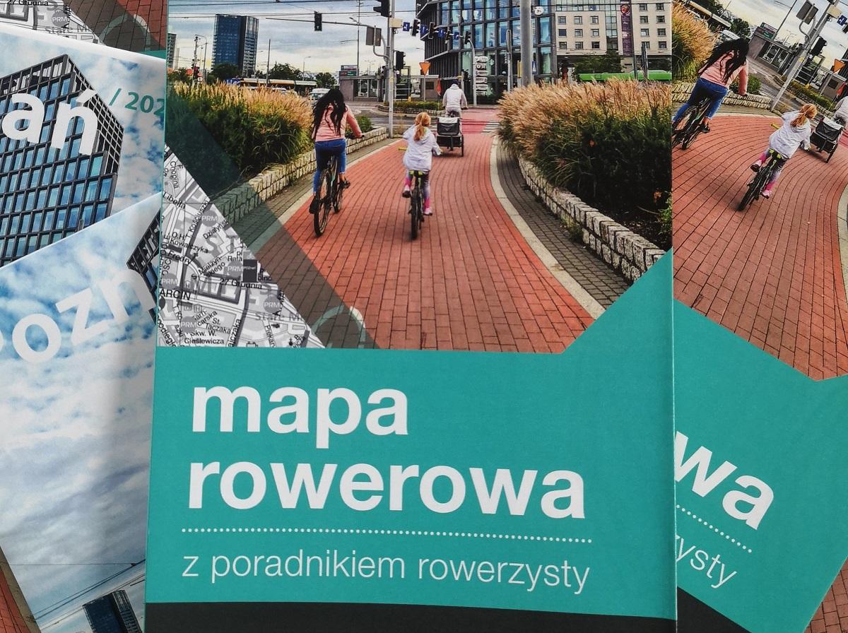 Plik map rowerowych na okładce których widać drogę dla rowerów z rowerami na niej