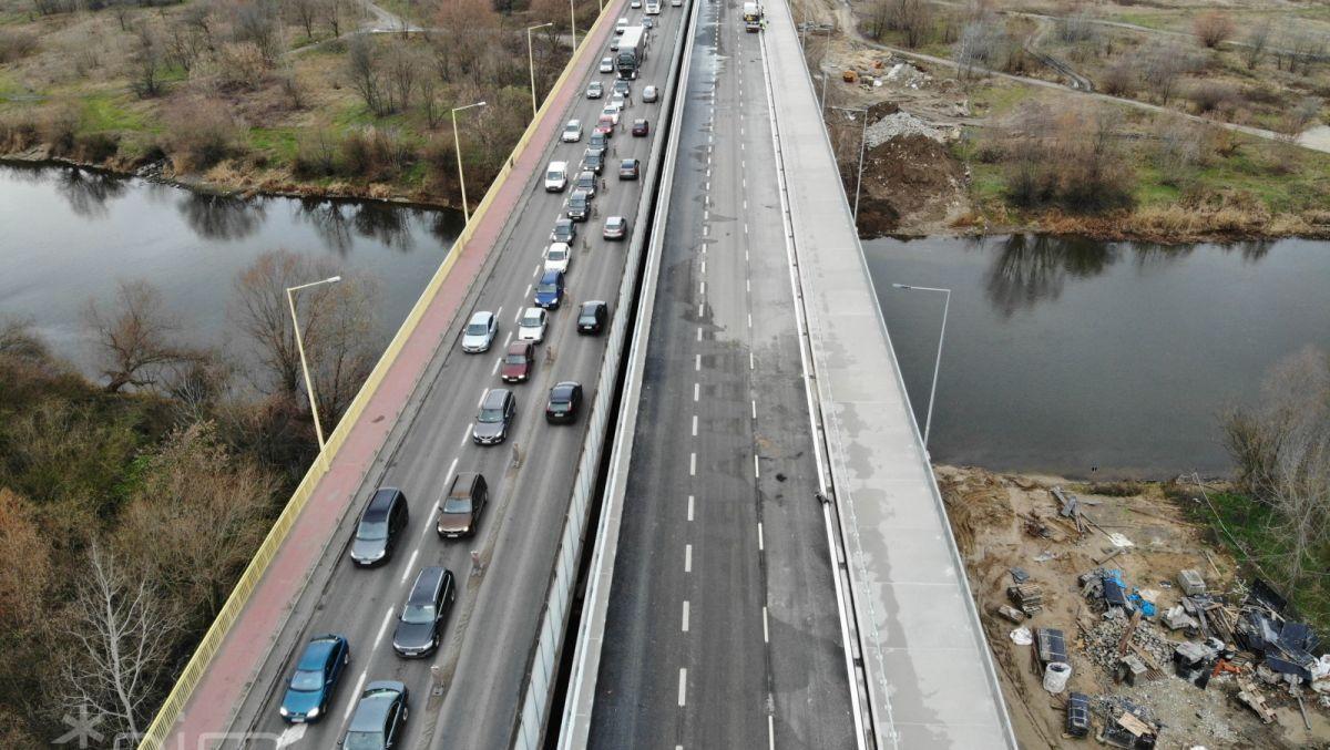 Samochody wracają na północną część mostu Lecha